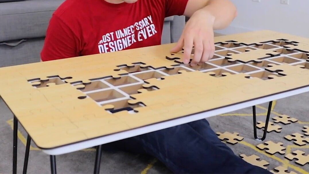 Zanim skorzystasz z tego stolika, najpierw musisz go złożyć z puzzli