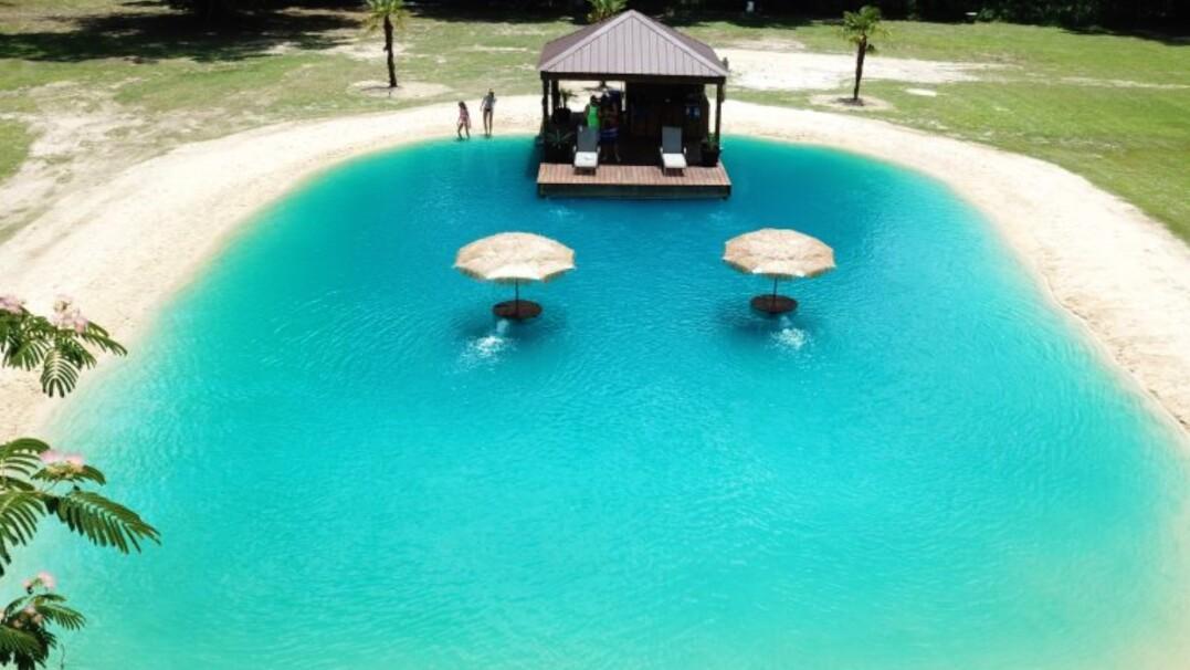 Tropiki we własnym ogródku. Zamiast basenów budują prywatne plaże