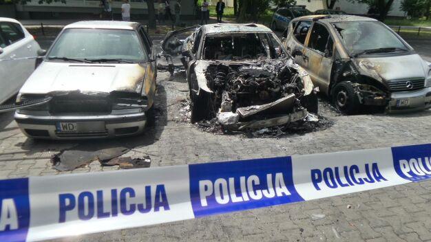 Pożar na Bielanach. Dwa auta spłonęły doszczętnie, trzy nadpalone