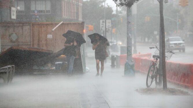 Ponad milion osób bez prądu. Burza tropikalna Izajasz niesie ulewny deszcz