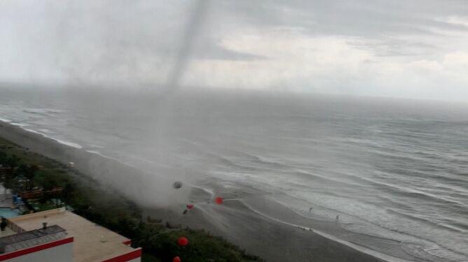 Wzbiła w powietrze parasole i porozrzucała je  po plaży